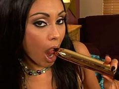 Milf latina Priya Rai masturbándose a solas