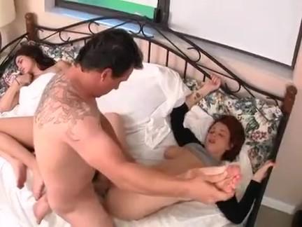 Papa Tiene Sexo con la Amiga de su Hija En la misma Cama